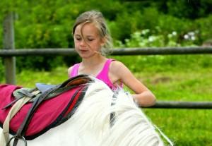 bambini preparazione del cavallo