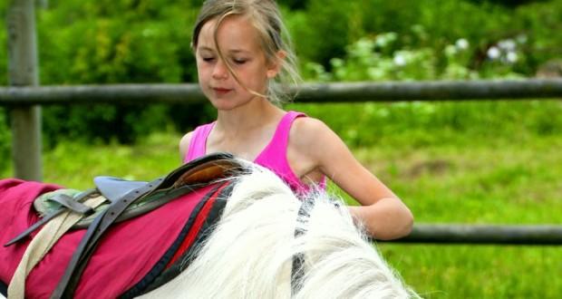 bambini_preparazione_del_cavallo_910_630